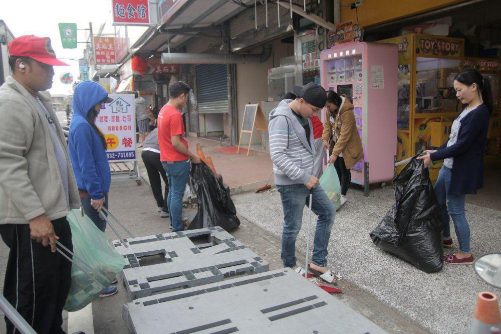 Hukou brethren bond in a clean-up drive