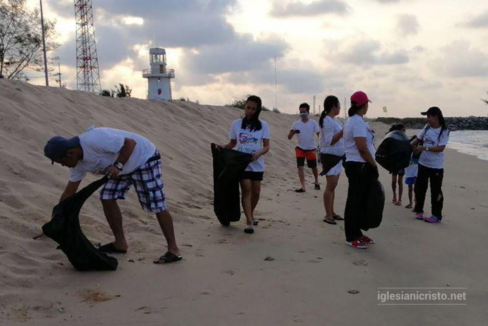 Thailand brethren clean shores