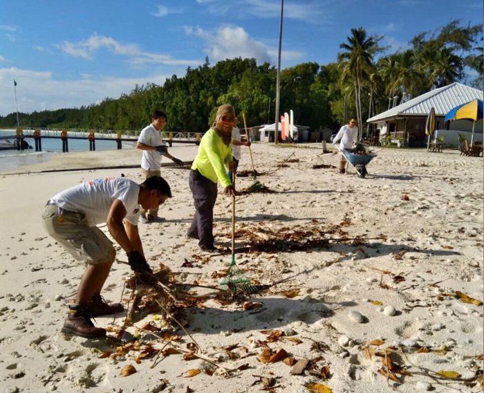 Brethren in Diego Garcia unite in cleaning shoreline